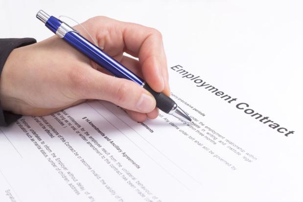 Crédit : contrat de travail par Shutterstock